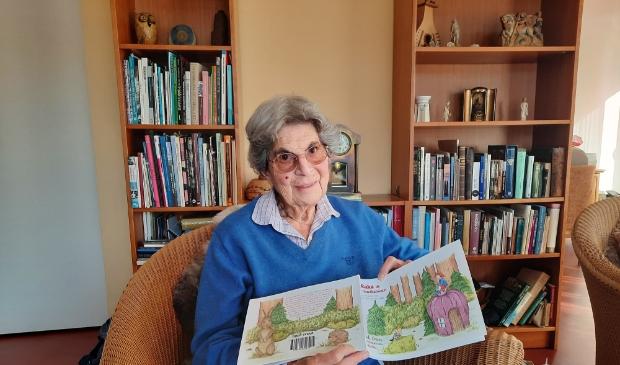 <p>Gidi Croes toont trots haar kinderboek, dat te koop is op Boekscout.nl</p>