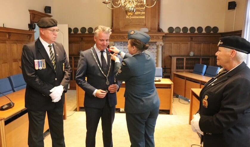 Burgemeester David Moolenburgh krijgt de eerste Poppy opgespeld