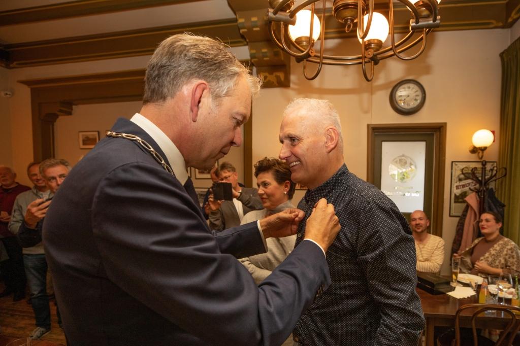 Burgemeester Mark Röell spelde de erespeld na een toespraak vol complimenten. Caspar Huurdeman © BDU media