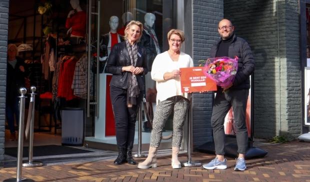 <p>Van links naar rechts: Jolanda Hovestad (Gerry Weber Bedrijfsleider), H&eacute;l&egrave;ne de Jong (winnares), Henny Jansen (binnenstadsmanager).</p>
