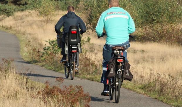 Ambulance verpleegkunde op de fiets onderweg naar melding