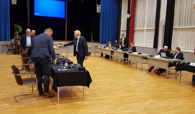 <p>Burgemeester Eppie Klein na de afsluiting van zijn laatste raadsvergadering voor de gemeente Scherpenzeel.</p>