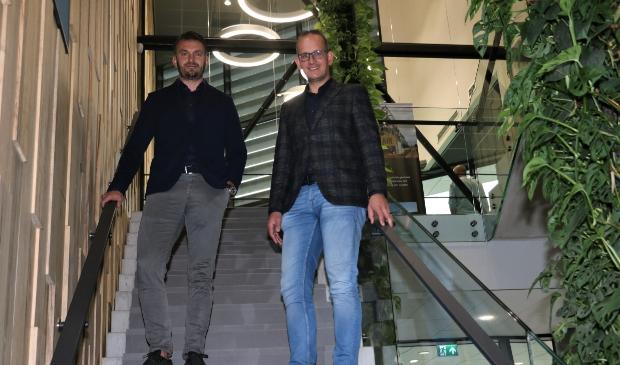 <p>Om tafel met directieleden Dirk Jan van den Brink en Gert van Driesten (rechts).</p>