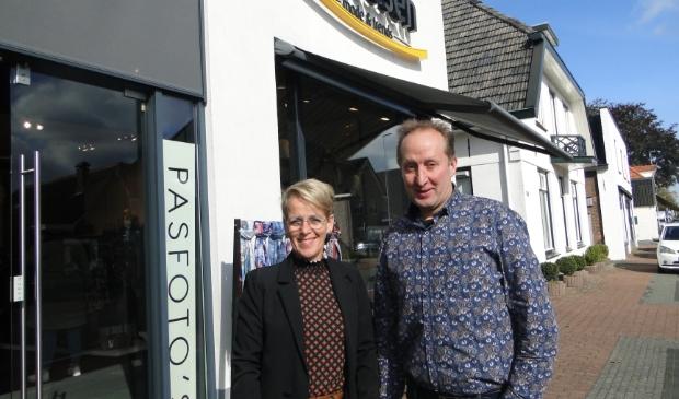 Dick Van Heerde  en Henriëtte Van Heerde - Vaessen voor hun modezaak in Oldebroek