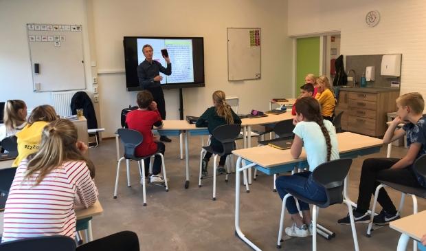 Hans & Monique Hagen, bekend van hun populaire gedichten en boeken, waren deze week op De Open Kring. In groep 7 en 8 vertelden ze over hun schrijfcarrieré.