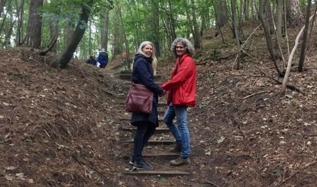 <p>Beheerders Rob en Angelique naar de top van de Brederodeberg.</p>