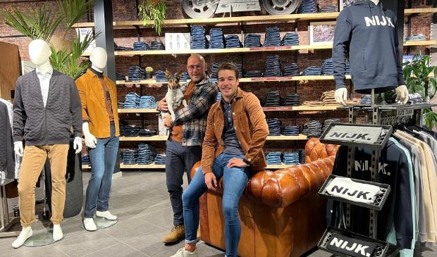 <p>Hans van den Brandhof en Jeroen Hobbelink voor de eyecatcher in de winkel: de grote jeanswand, uniek in de wijde omgeving.</p>