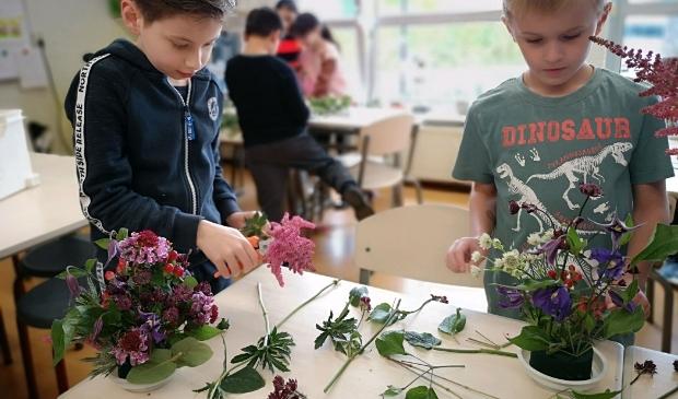 Leerlingen obs de Dubbelster maken bloemstukjes voor eenzame ouderen