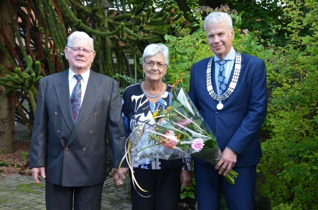 Het 60-jarige bruidspaar Molthoff-Verhoef wordt gefeliciteerd door loco-burgemeester Hans Buijtelaar Ali van Vemde © BDU media