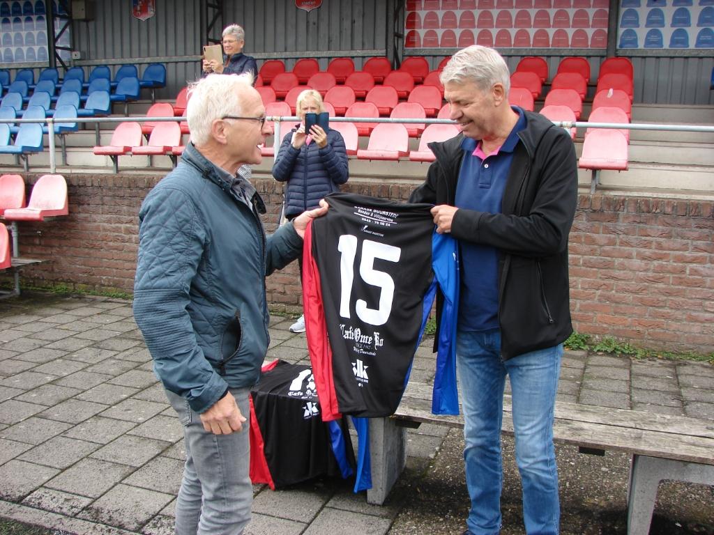 Ton de Kruijk overhandigt shirt aan Kees Hopman  Wes Janssen © BDU media