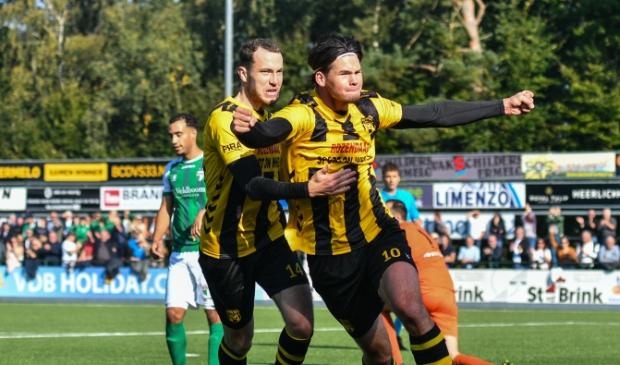<p>Quincy Veenhof breekt de ban voor DVS&#39;33 met de 1-0 en viert het doelpunt met Nicky van Hilten.&nbsp;</p>