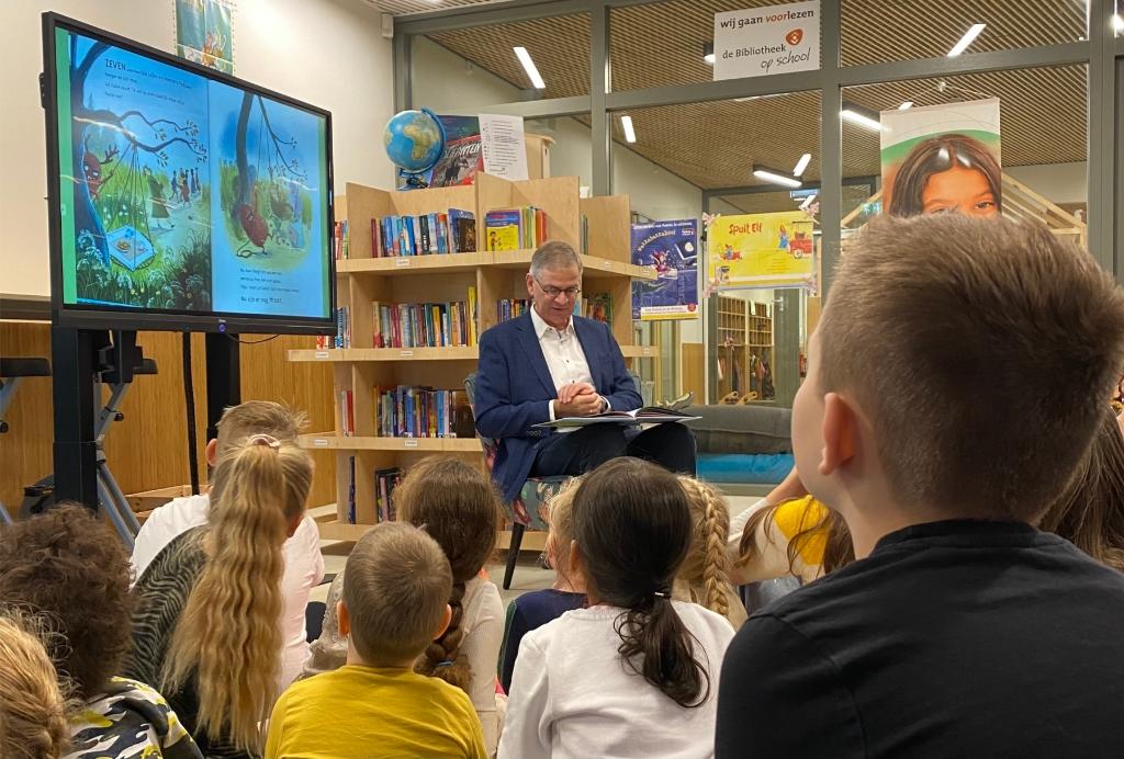 Wethouder Marco Verloop leest de kinderen van Achtbaan voor op het leerplein. Wereldkidz Achtbaan © BDU Media