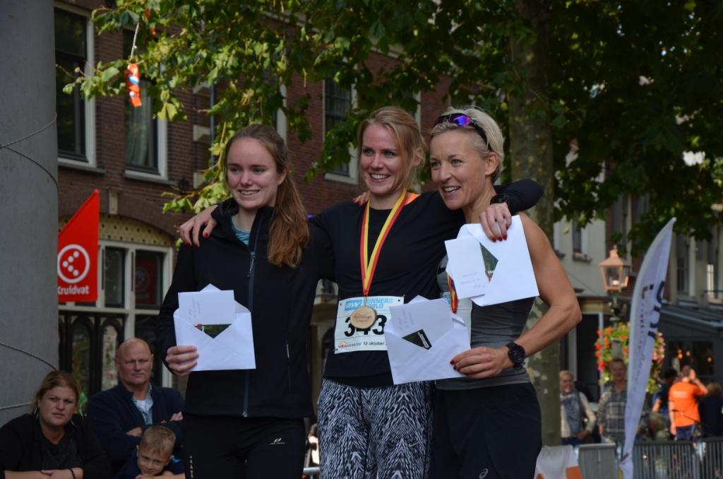De winnende vrouwen op de 10 km met burgemeester Iris Meerts Ali van Vemde © BDU media