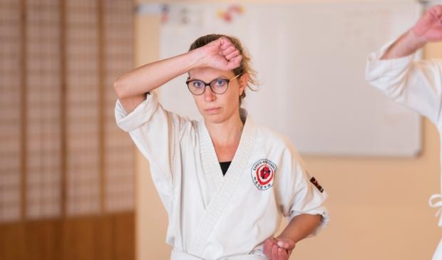 <p>Volop concentratie bij Gerjanne Bieshaar-van Laar tijdens de karateles.</p>