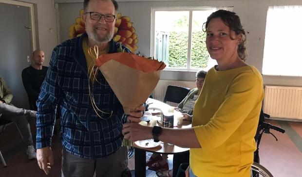 Hillie van Dijk overhandigt bloemen aan naamgever van De Stek, Gerrit Jan van Osnabrugge