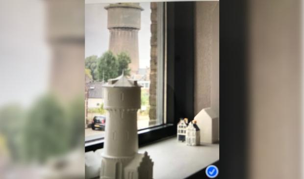 Model watertoren met als achtergrond de echte toren