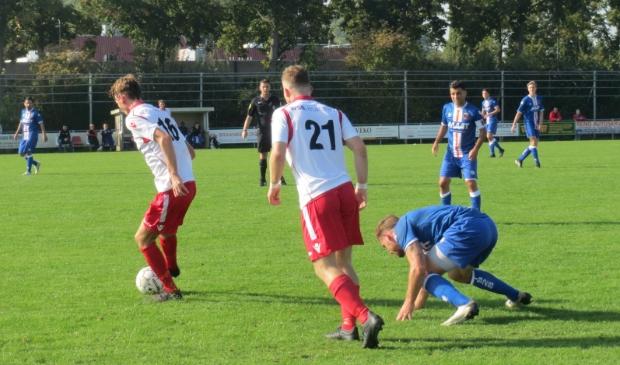 Pieter Kroon (21) aan de bal tegen Alblasserdam, Jesper Buist (21) ziet toe