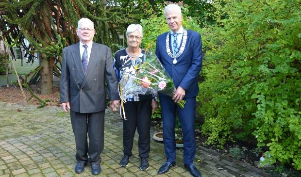 <p>Het 60-jarig bruidspaar met loco-burgemeester Hans Buijtelaar</p>