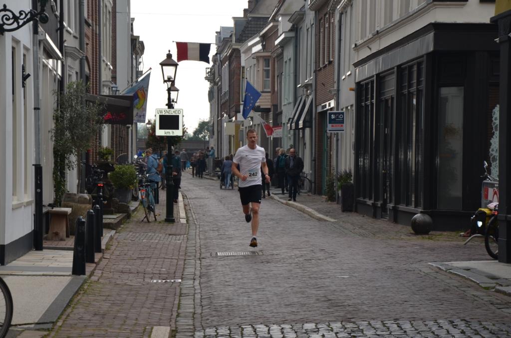 Door de Oeverstraat richting de finish Ali van Vemde © BDU media