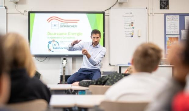 <p><em>Wethouder Eelke Kraaijeveld verzorgt een gastles over het klimaat & duurzame energie aan leerlingen van groep 7 van basisschool De Tamboerijn.</em></p>