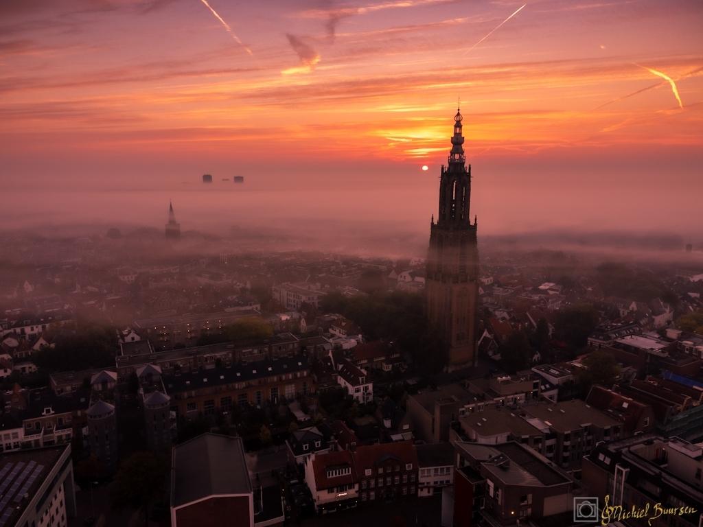 Zonsopkomst in de mist dronefoto Skyview Amersfoort Michiel Buursen  © BDU media