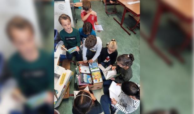 Groep 4/5 duikt de boeken in.