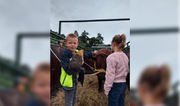 De kinderen met hun dieren