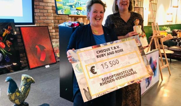 Margriet Wienecke, voorzitter Soroptimistclub Rhenen-Veenendaal overhandigt de cheque van € 15.500 aan Pamela Hoetelmans, voorzitter Ruby and Rose