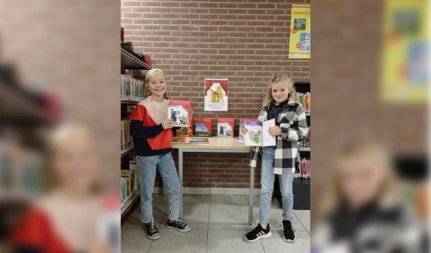 Liselot en Lise zijn blij met de nieuwe boeken voor de PWA-bieb!