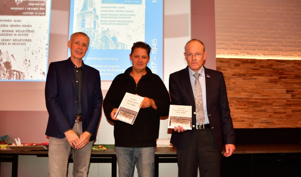 <p>Pieter Dekker overhandigde de eerste boeken aan Michel Kooij en Jan van den Hoorn.</p>