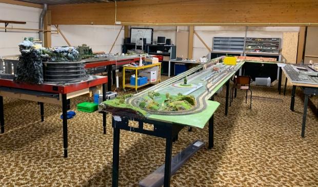 Opbouwen van de modelbanen op de nieuwe locatie
