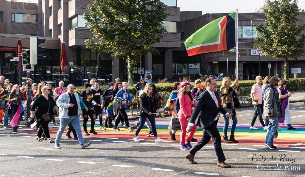 Raadslid Annet Belt zwaait met de Leusdense vlag. Ze wordt geflankeerd door burgemeester Bouwmeester.  Frits de Ruig © BDU media