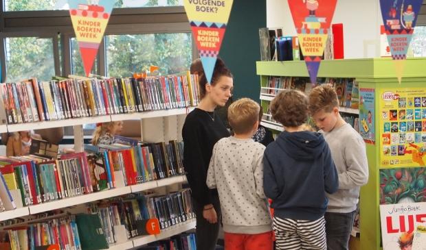 Kinderen spelen game tijdens Kinderboekenweek in Bibliotheek Z-O-U-T