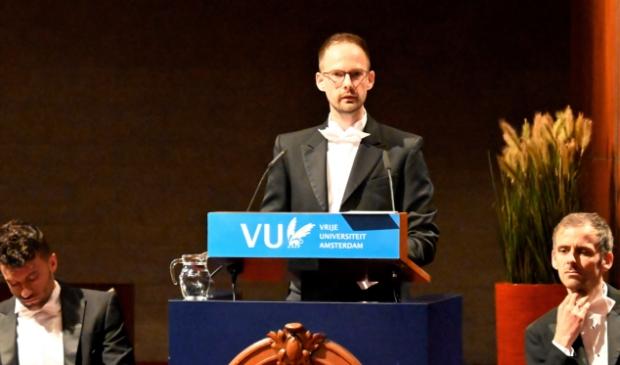 <p>Elspeter Jos de Weerd tijdens de verdediging van zijn proefschrift. Naast hem de twee paranimfen, een zwager en een vriend.</p>