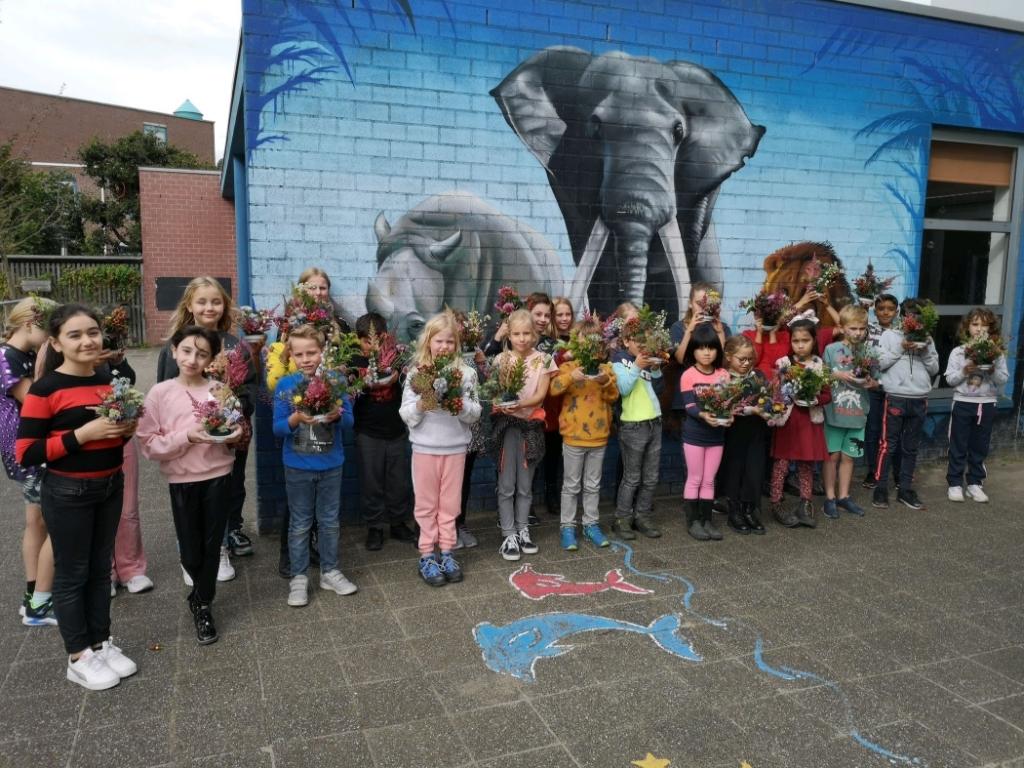Leerlingen van ons de Dubbelster met hun gemaakte bloemstukjes  D Wouterson  © BDU media