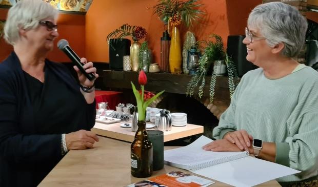 Gezien Schoo (rechts) praat Nijkerkse serviceclub Inner Wheel bij over Voedselbank en het project SchuldHulpMaatje. Links Inner Wheelpresidente Jos Warringa.
