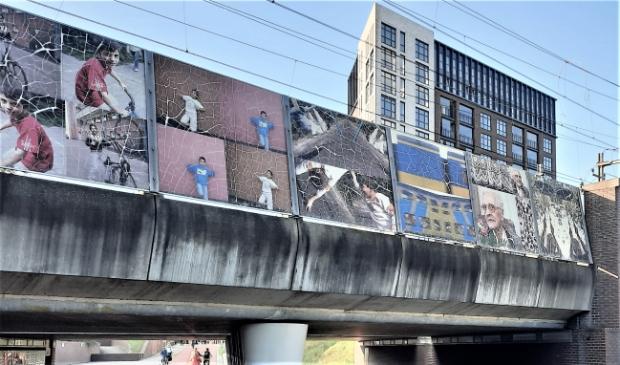 De Meridiaantunnel van buiten: afbladderende foto's en vies beton.