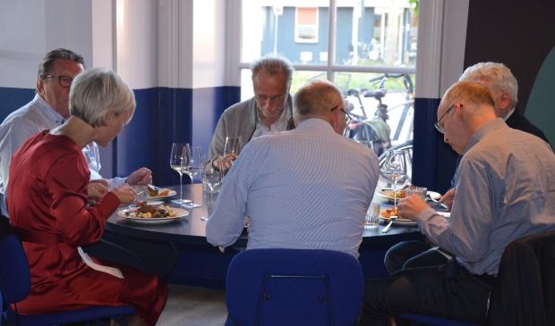 Burgemeester Iris Meerts was te gast bij OKW café voor de primeur van de video's van Wijkse ondernemers
