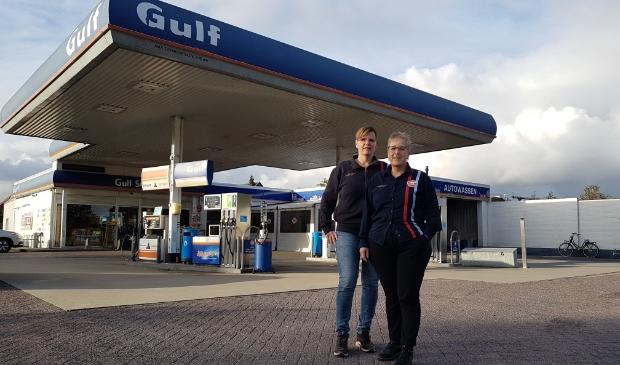 Hester en Lucie Miedema maken zich zorgen nu hun benzinestation alleen nog vanaf de A28 bereikbaar is.