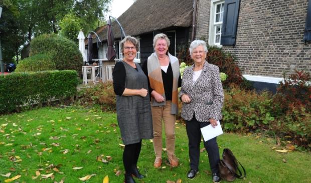 Winnares 3e prijs (rechts) en 2 leden van de vakjury.