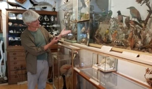 <p>Nanninga in zijn museum/woonhuis.</p>