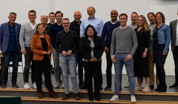 Een groepsfoto van alle kandidaten die tijdens de vergadering aanwezig waren. Ook lijsttrekker Hans Bol (lichtblauw overhemd) was aanwezig.