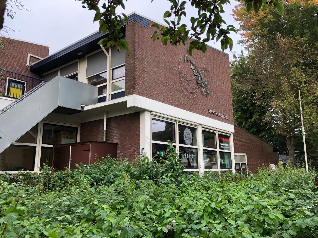 Het schoolgebouw van De Amstelschool De Amstelschool © BDU media