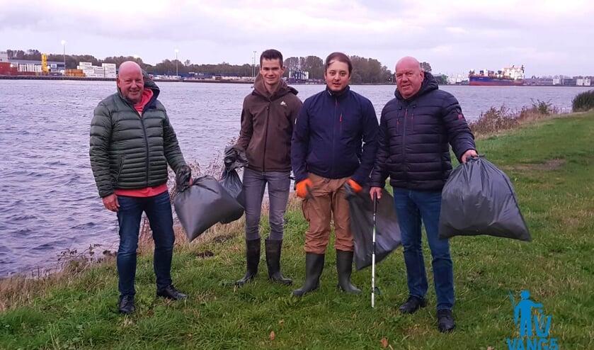 Sportvissers vangen veel vuil langs het Noordzeekanaal