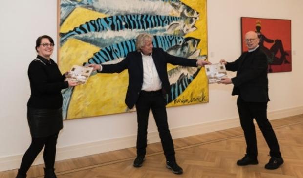 """<p><a href=""""mailto:a.sahin@gorinchem.nl"""">a.sahin@gorinchem.nl</a>Museumconservator Lisette Colijn en Dick van Zanten, wethouder Cultuur, ontvangen van oud-conservator Rob Kreszner het boek Gorcums Museum 2013-2020, een impressie</p>"""