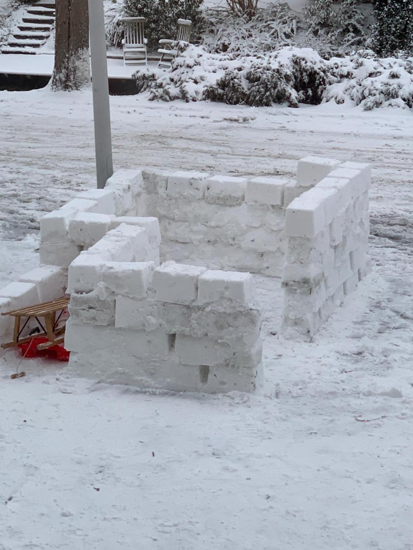 Mike (13) heeft samen met wat buurkinderen  dit weekend een mooi bouwwerk gemaakt  voor de deur. Er wordt nog steeds aan gewerkt, en het wordt hoger en hoger. Isabella Kragten © BDU media