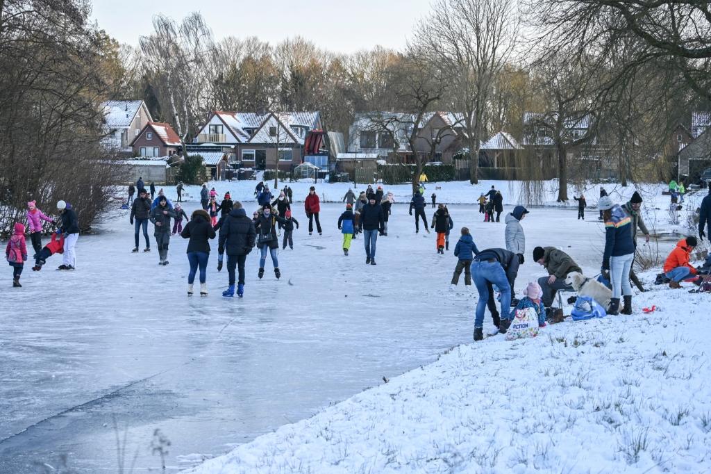 <p>De bevroren vijvers in Overhees trokken veel schaatsliefhebbers.</p> <p>Jaap van den Broek</p> © BDU media