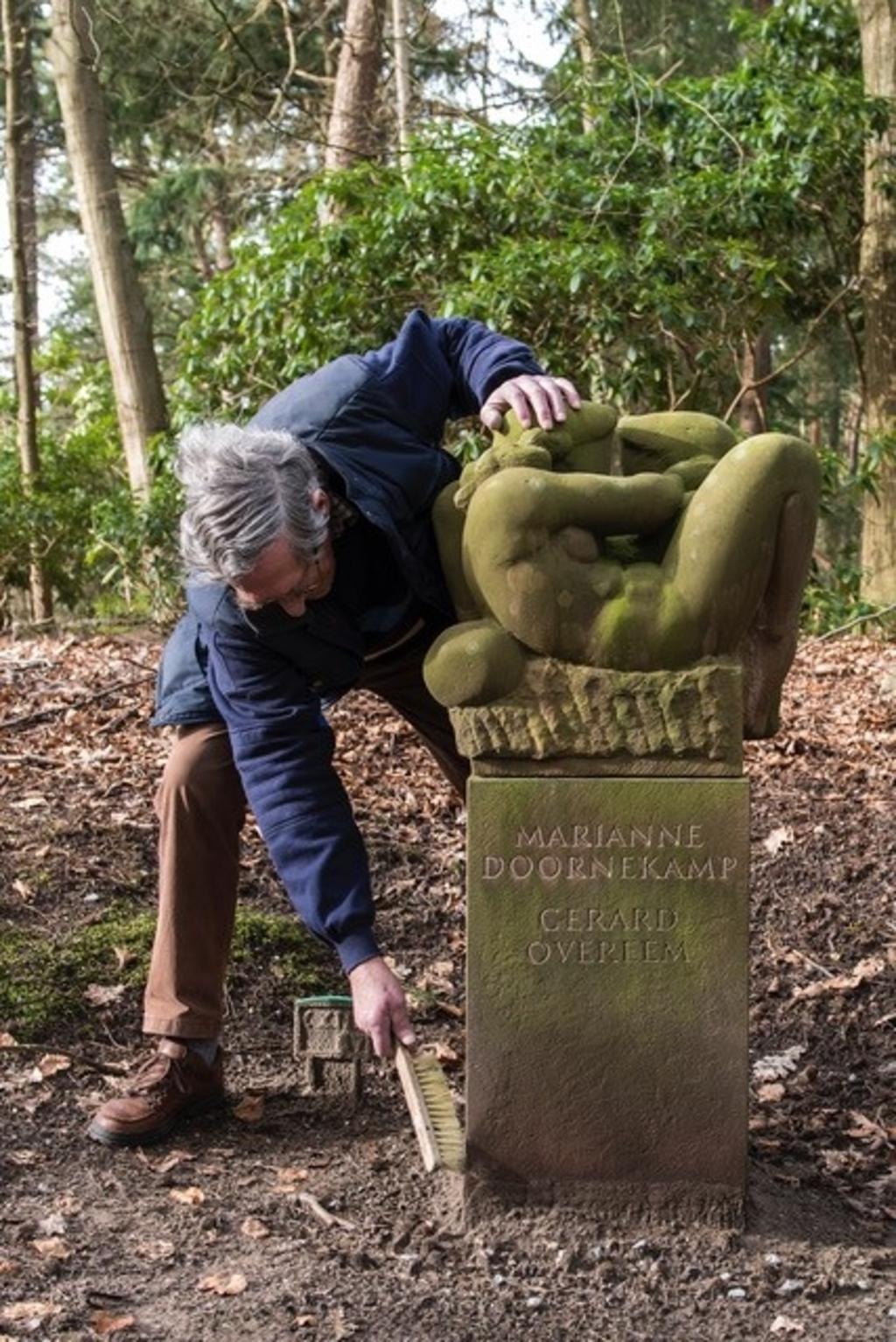 Beeldhouwer Gerard Overeem maakte dit beeld dat straks zijn eigen graf zal sieren.  <p>foto: Gerda Kalmann</p> © BDU media