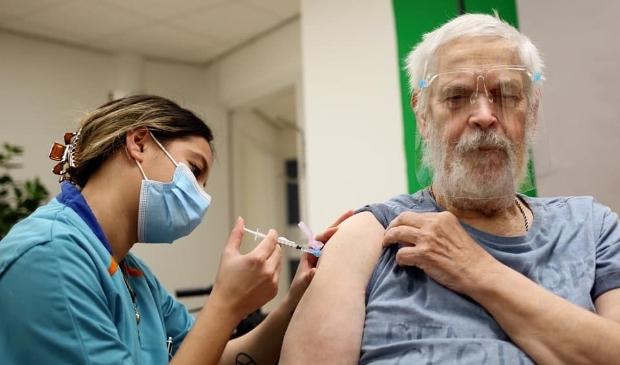<p>Wolfgang Kriesel (73) was de eerste bewoner van De Gelderhorst die gevaccineerd werd met het coronavaccin.</p>