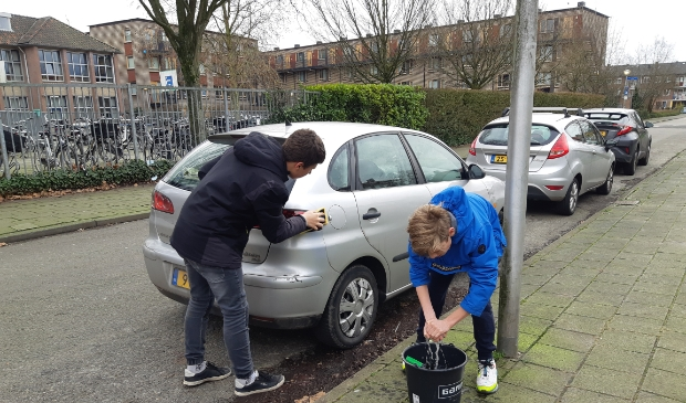<p>Leerlingen wassen auto&rsquo;s om geld te verdienen voor het goede doel.</p>